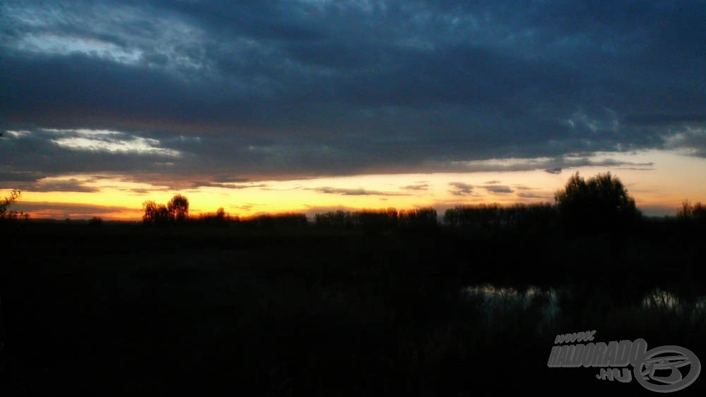 … mögöttünk viszont, nyugaton, már lement a Nap