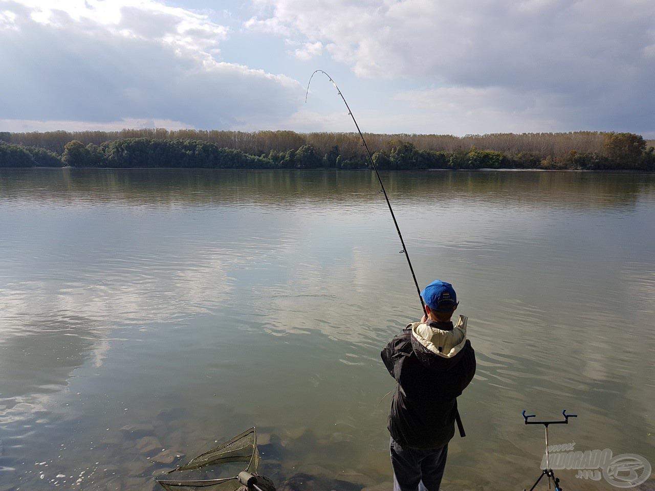 Bálint most már egyedül fáraszt, élete első folyóvízi halával küzd