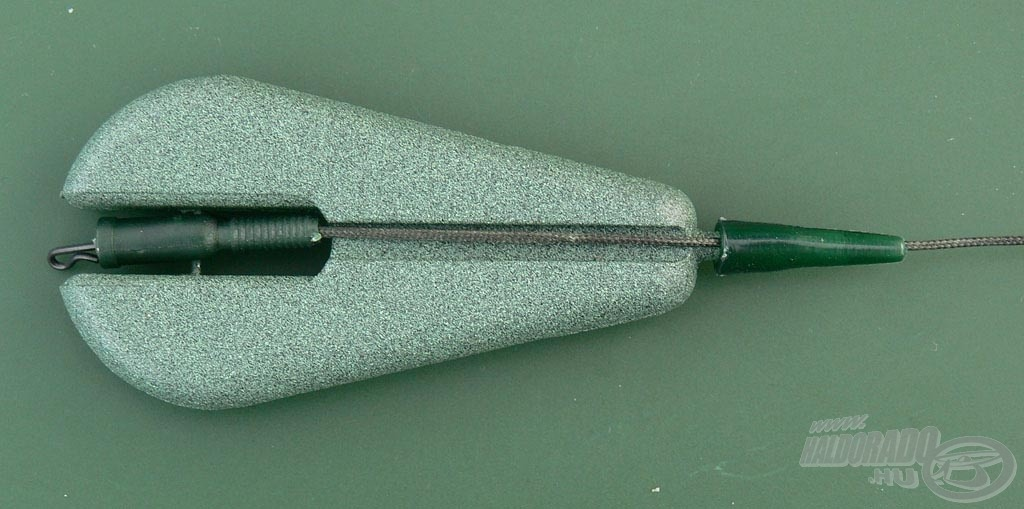 Csatoljátok be az ólom rögzítő drótját az ólomkapocsba, majd a súly végére húzzátok fel a gumiharangot