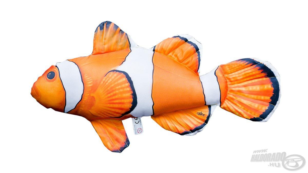 """A """"Némó nyomában"""" című közkedvelt mesefilmből ismert főhős, Némó ihlette ezt a halas párnát. Ahogy a filmbeli karaktert, ezt is egy bohóchalról mintázták. Két méretben kapható, a nagyobb 53 cm, míg a kisebb 30 cm hosszúságú"""