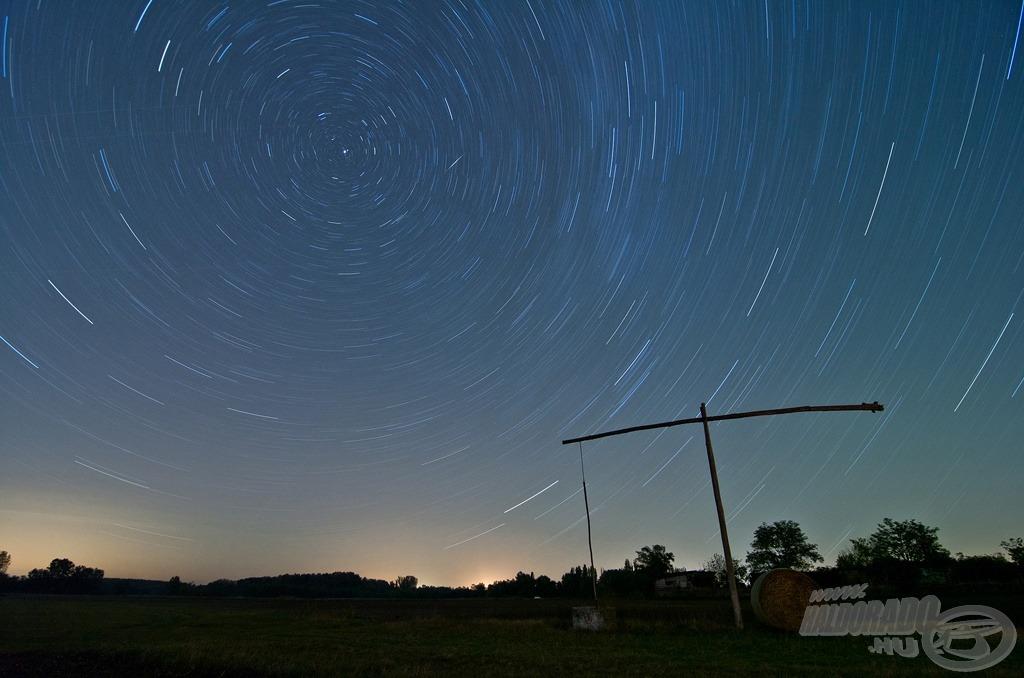 Egy sokat látott gémeskút 40 perce (a fotó 40 perces expozíciós idővel készült, így ívet húznak a csillagok a sarkcsillag körül)