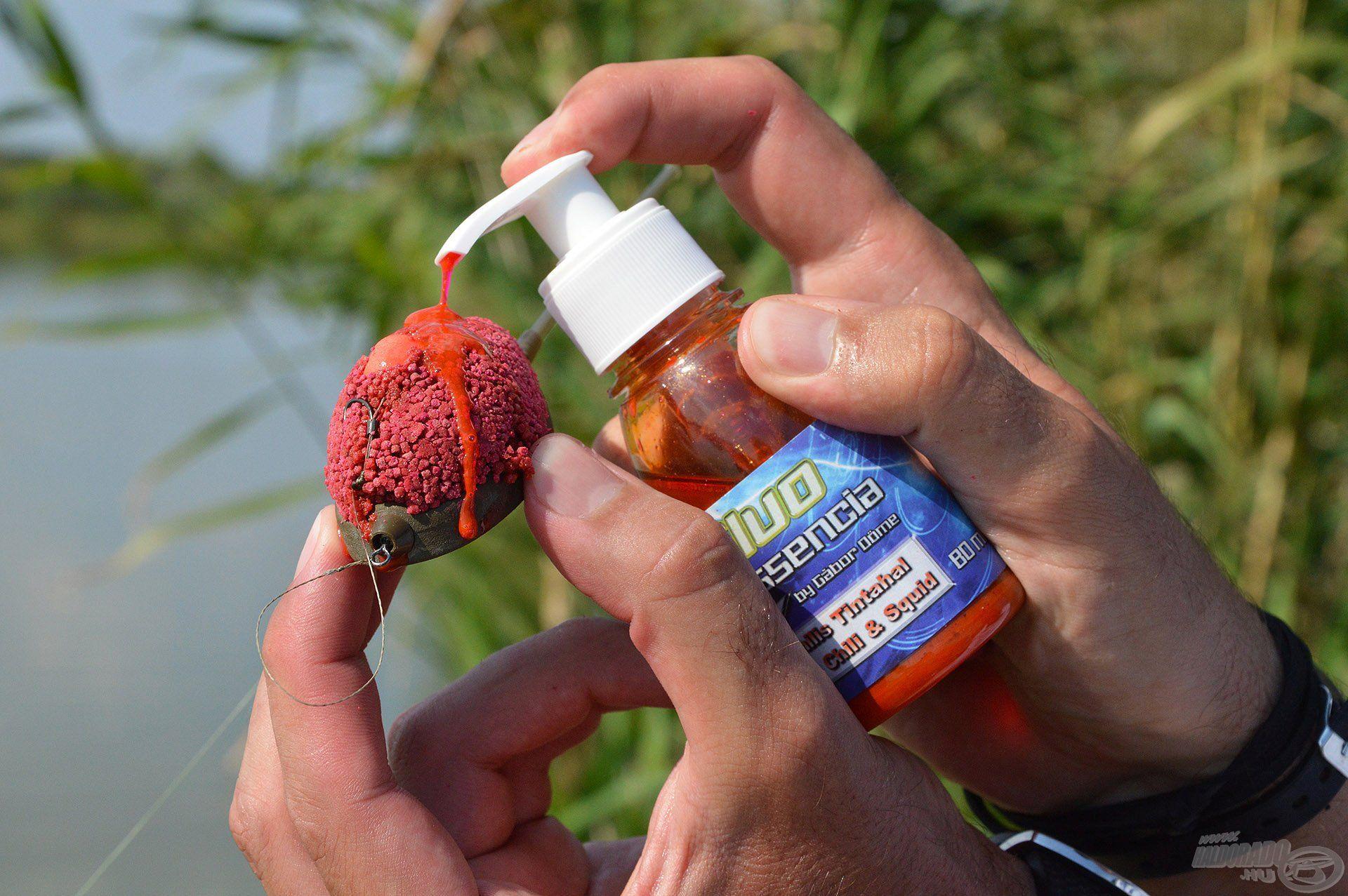 Még gyorsabban elérhetjük a kapást, ha bedobás előtt a kosárra kis adag Fluo Essencia aromát nyomunk