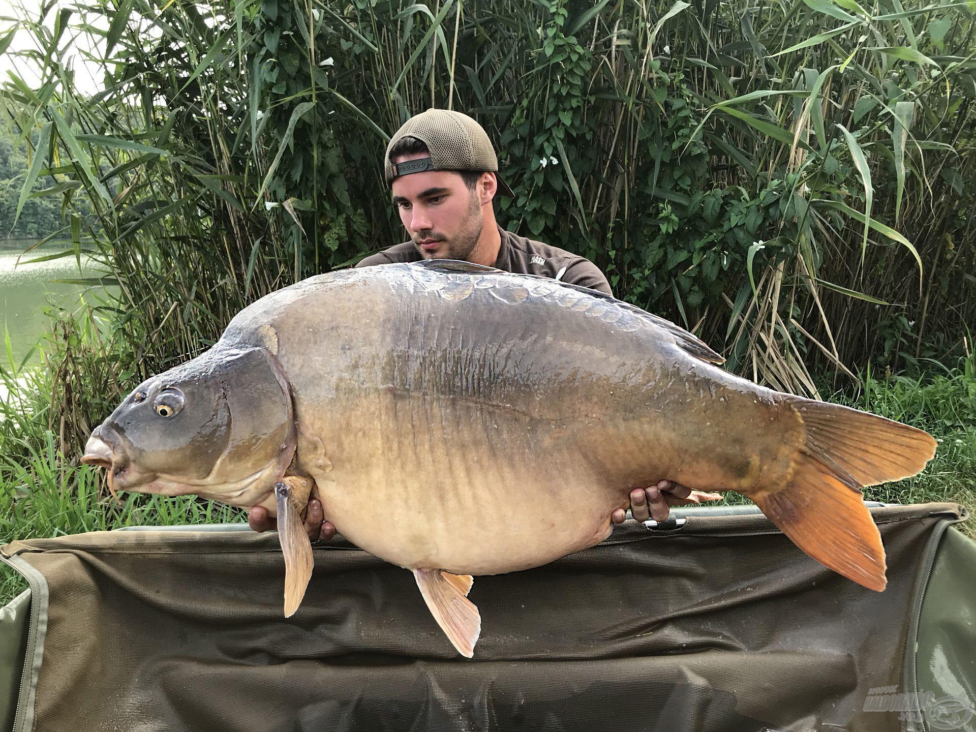 Egy ritkaságnak számító two-tone tükrös a maga 23,5 kilójával!