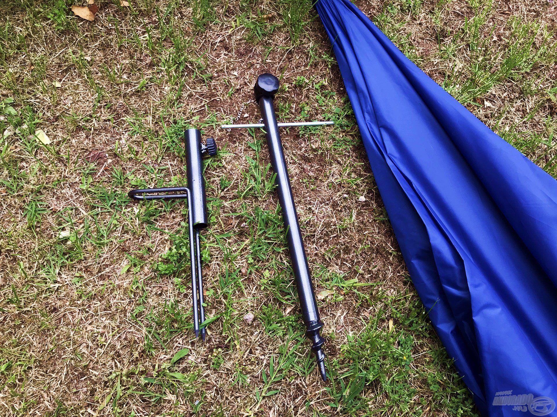 Balra az egyszerűbb, letaposható, jobbra a stabilabb lehajtható ernyőtartó