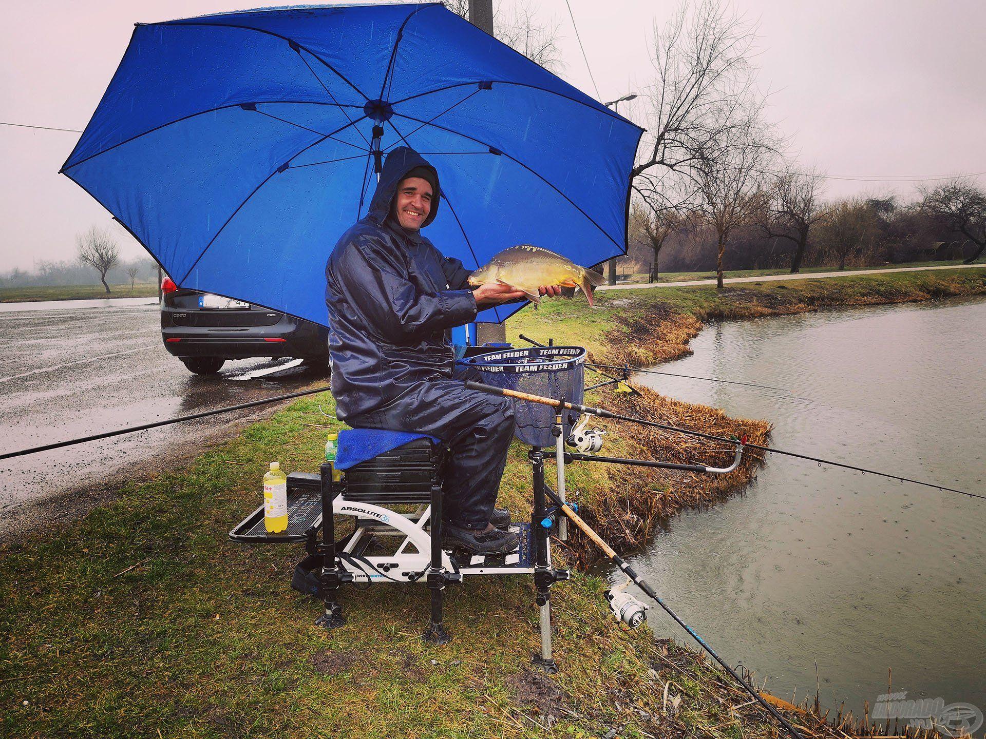 Megfelelő ernyővel és esőruházattal rossz időben is lehet jót horgászni