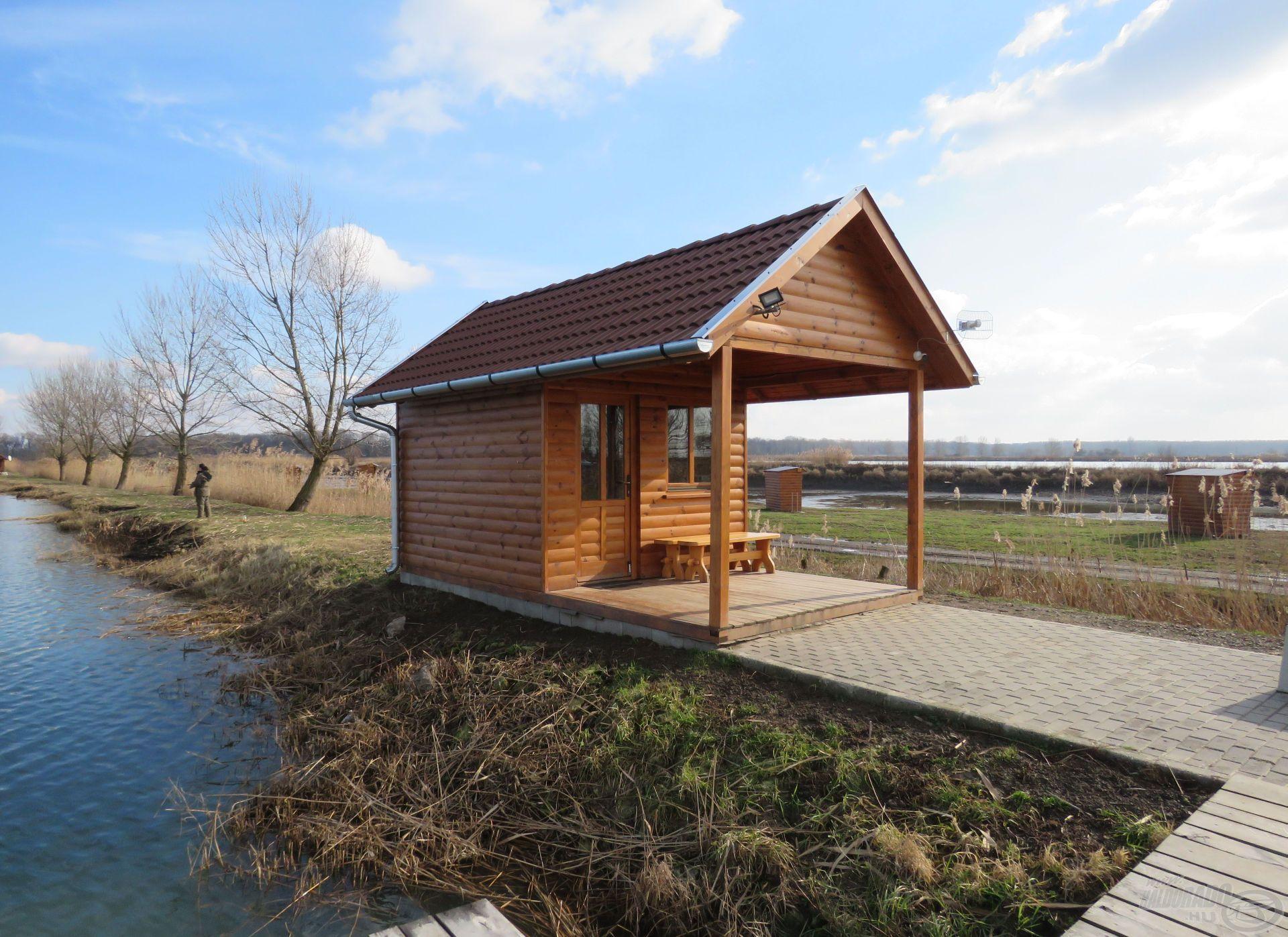 A tó partján összkomfortos faházak várják a pontyozókat