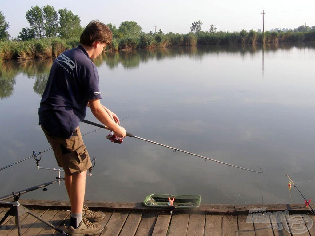 A stégen nem egyedül voltam, jobbra mellettem is horgásztak ismerőseink, ezért a halakat vízbe tartott spiccel fárasztottam, megpróbáltam végig hatékonyan irányítani, persze egyszer-kétszer bogozni is kellett, hisz ez nem egyszerű feladat. :-) Balra mellettem pecázott Imi bácsi két bottal, őt pedig Apukám követte egy bottal