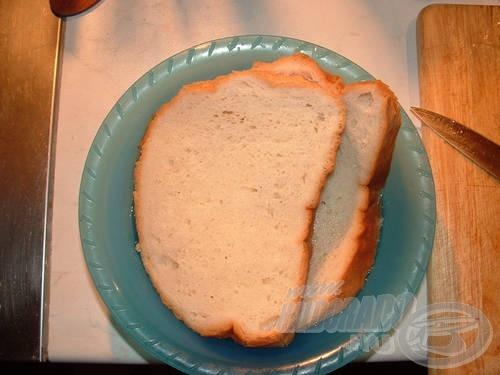 Egy másik edénybe a kenyeret áztatjuk be