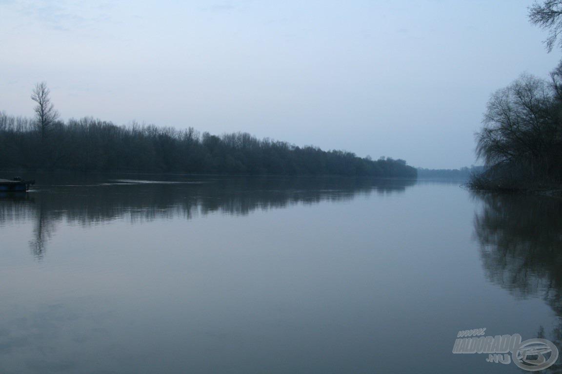 Hajnali kékben a folyó