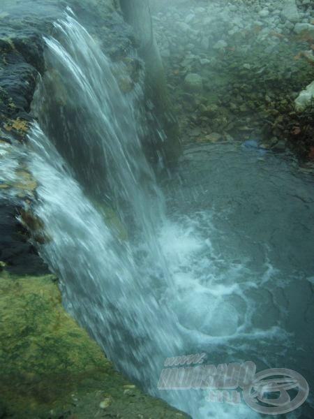 Hegyi patak apró vízesése: a megtisztult Ördög-árok vízfolyása csobog a mélyre szállt folyamba