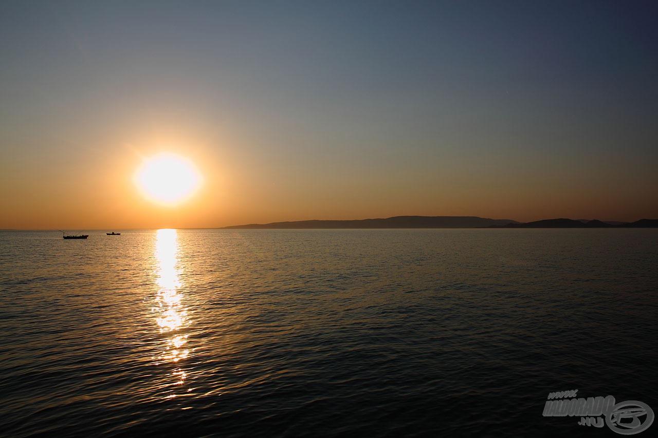 A Balatonra jellemző, szemet gyönyörködtető, aranyló naplemente búcsúztatott bennünket