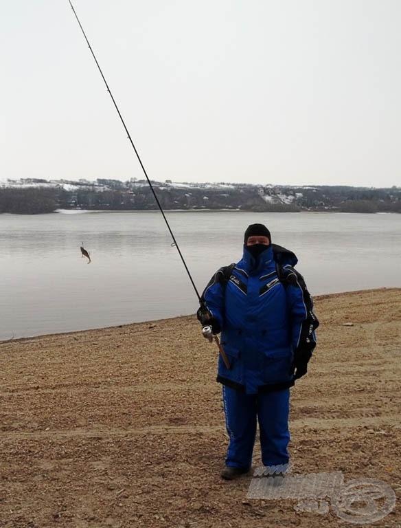 Holi, a balinvadász, mintha a Delta című tudományos műsorból lépett volna ki ide