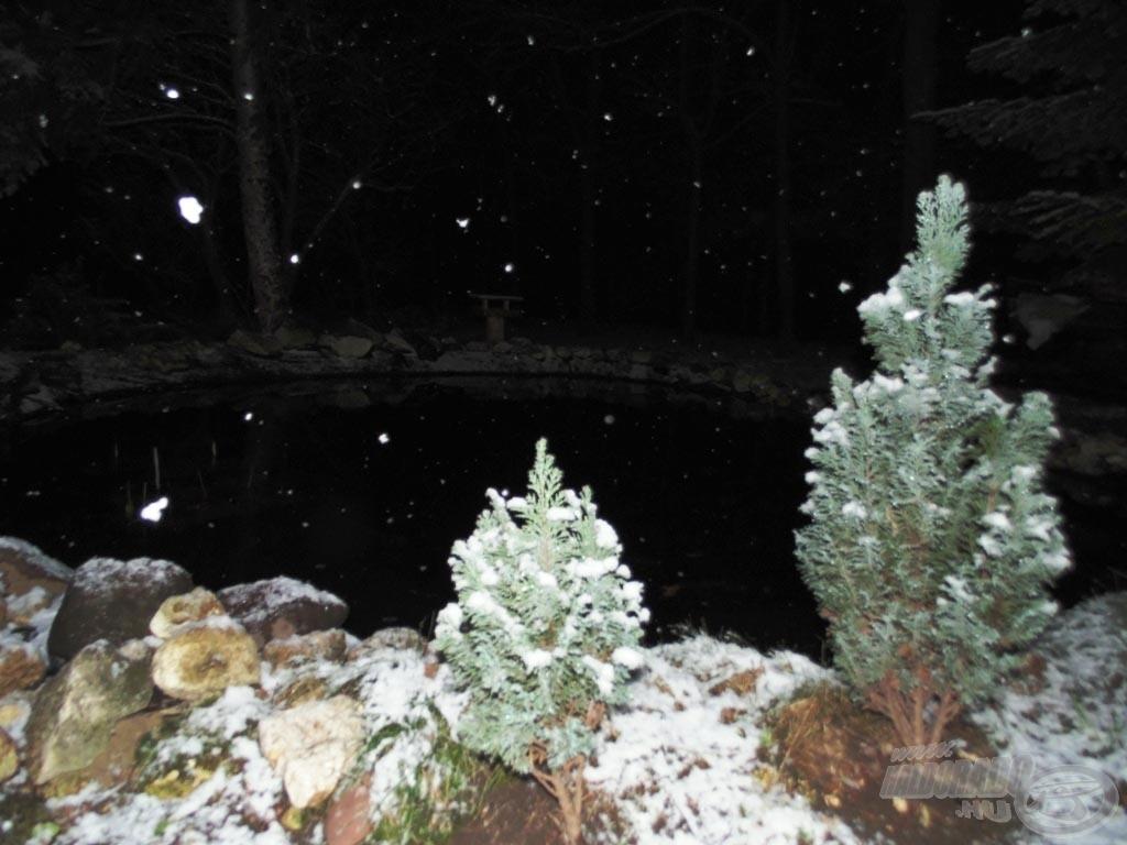 Mire a kocsiból kipakoltunk, besötétedett és a havazás is erősödött. Üdv, Tél!
