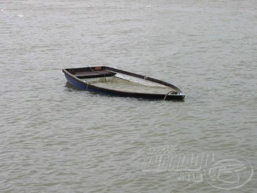 Ha a csónakot az eső vagy a hullámzás megtölti, mindenképpen merjük ki, különben a hullám leveri a láncról!