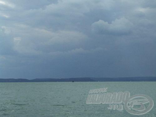 Az északi part magaslatai felett gyakran alakul ki záport, zivatart eredményező felhőzet