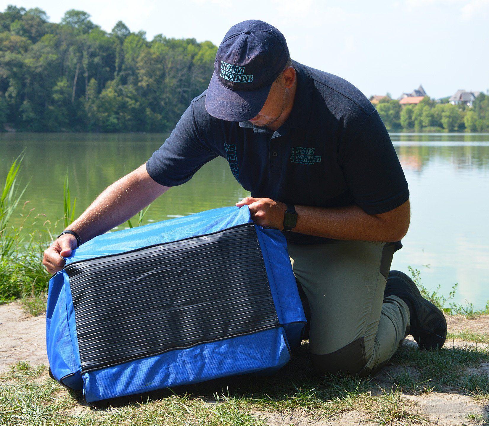 A gondos tervezésről, illetve minőségről árulkodik, hogy a táska alsó része vízhatlan borítást kapott