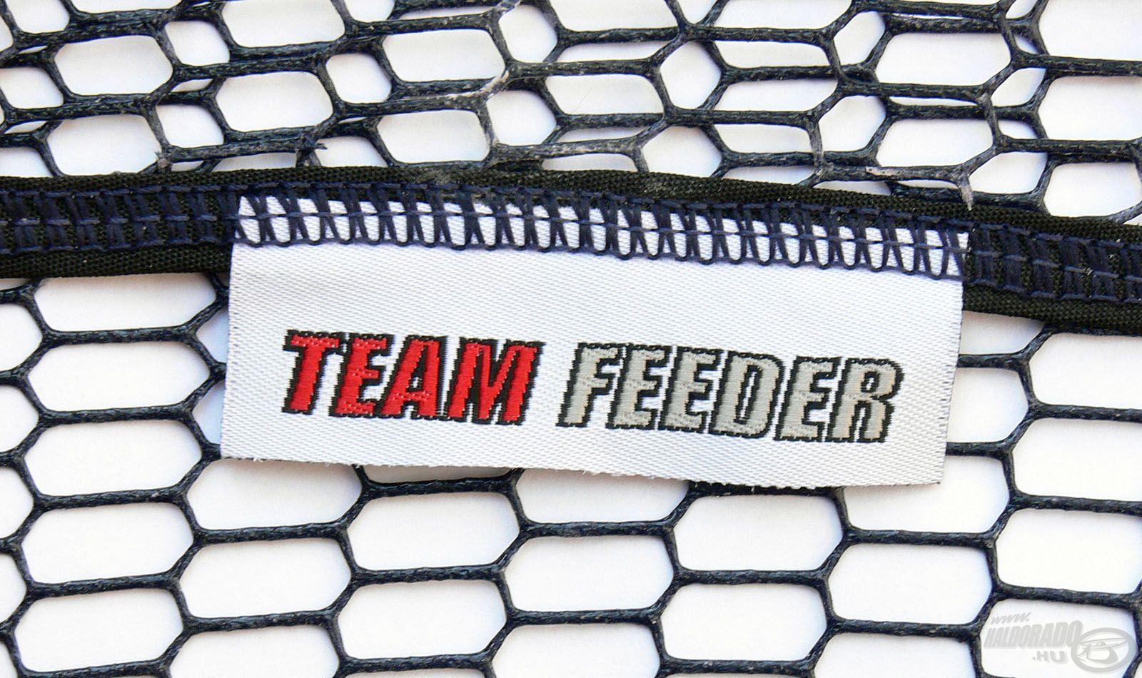 Az erősített varrássoron helyet kapott egy diszkrét TEAM FEEDER címke, amit méltóan visel ez a merítőfej!