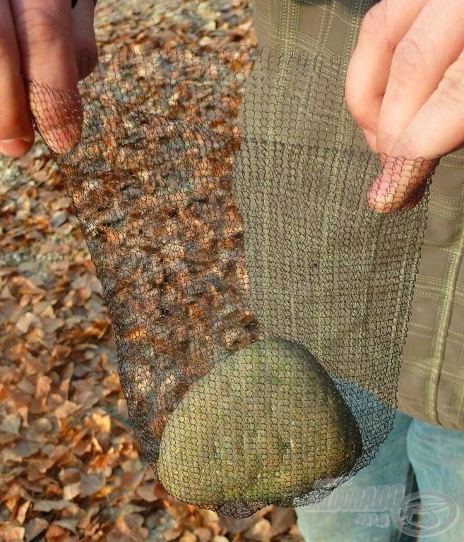 Nincs más dolgunk, mint a megfelelőnek vélt követ elhelyezni a zsák alján