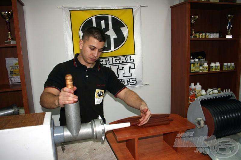 A következő munkafázisnál a kinyomó pisztoly helyett egy felújított húsdarálóval készítem el a hurkákat, melyek jelen esetben 20 mm átmérőjűek. A gépnek köszönhetően az sem okoz gondot, ha túl szárazra sikerül a massza