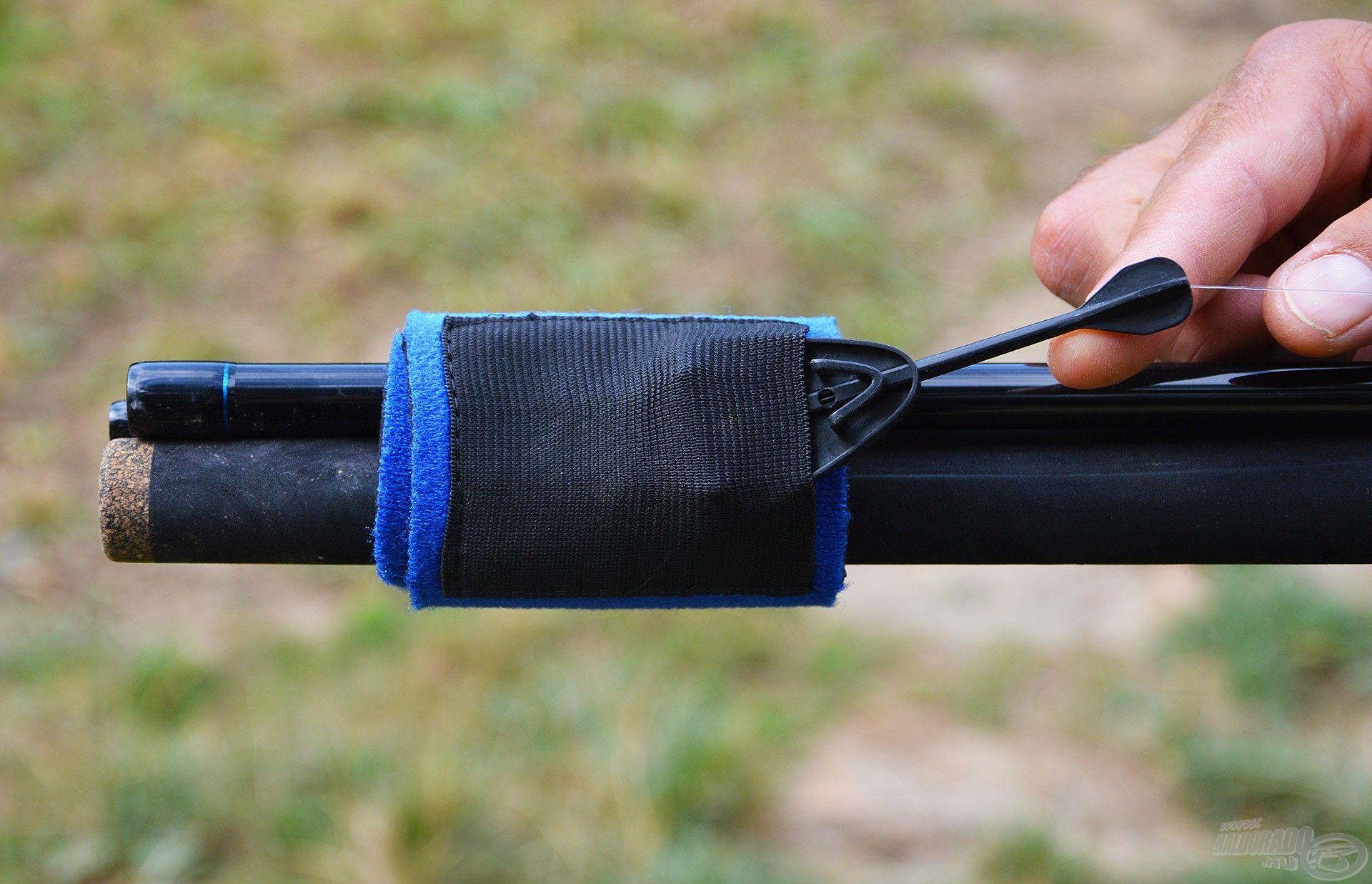 A szélesebb szalagon található gumis zsebbe lehet a method kosarakat belecsúsztatni, így azok nem verődnek a bottesthez szállítás közben