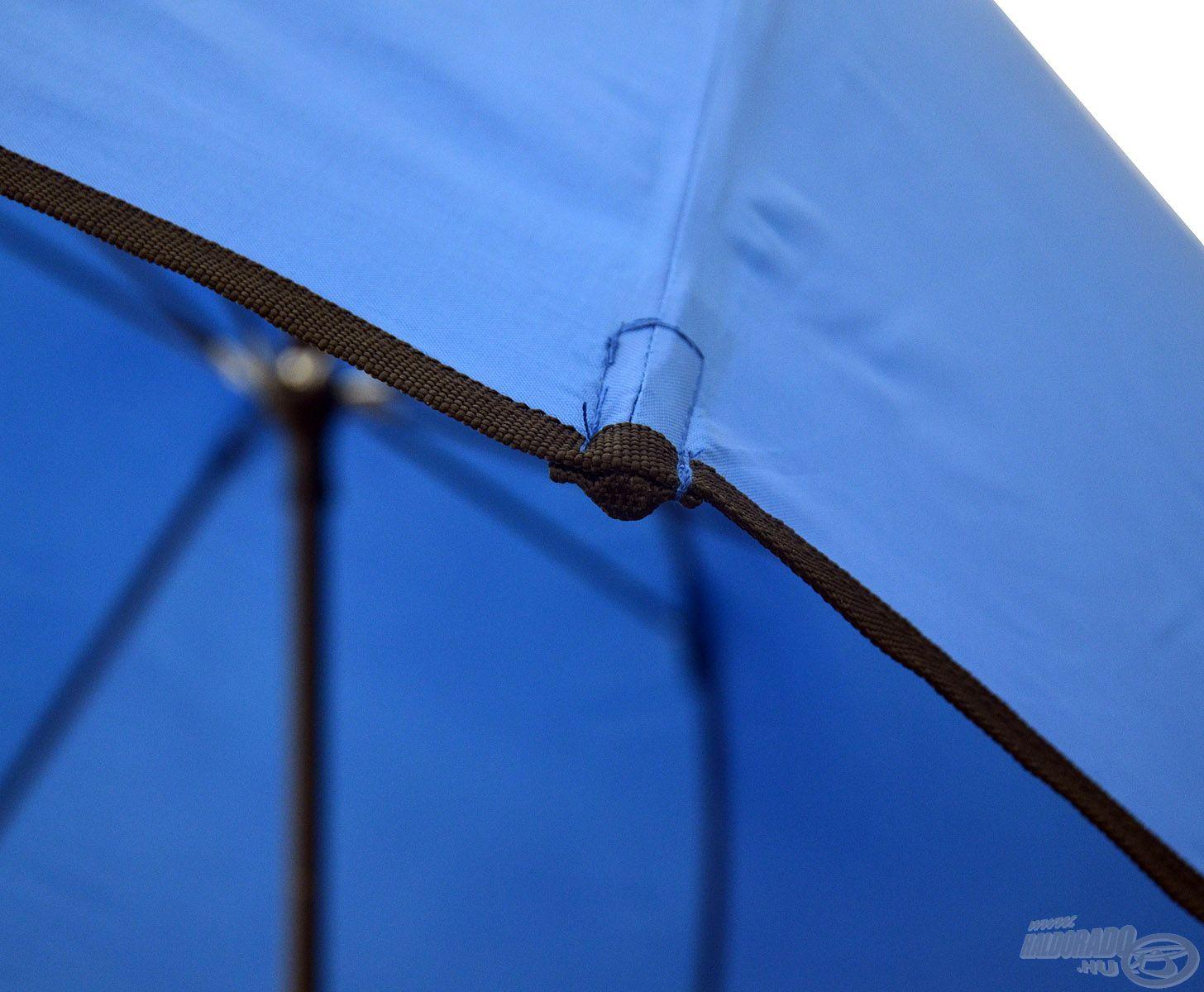 A rudazat végein az anyag plusz erősítést, borítást kapott, ezzel megnövelve az ernyő élettartamát ezen a ponton
