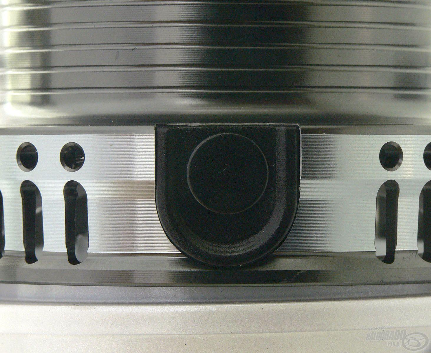 Elmaradhatatlan apróság a lekerekített, rugós zsinórklipsz, amiből szintén 2 db található a dobon
