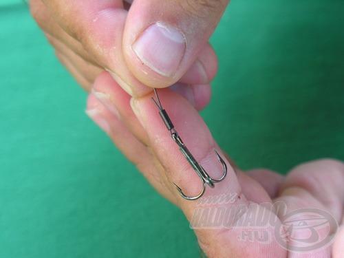 A drót hosszabbik szálát addig húzzuk vissza, amíg egy kb. 3-4 mm-es fül marad. Mindenképp ügyeljünk arra, hogy a hurok ne szorítsa meg teljesen a horog szemét, az akadálytalanul mozoghasson