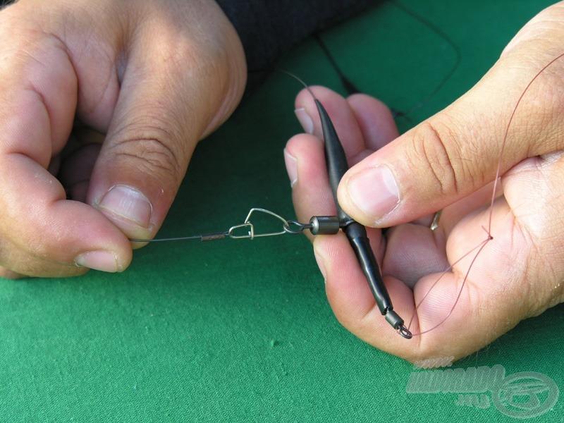 Már csak a horogelőkét kell a végszerelékhez kapcsolni, a kapcsot lezárni, a védőhüvelyt ráhúzni…
