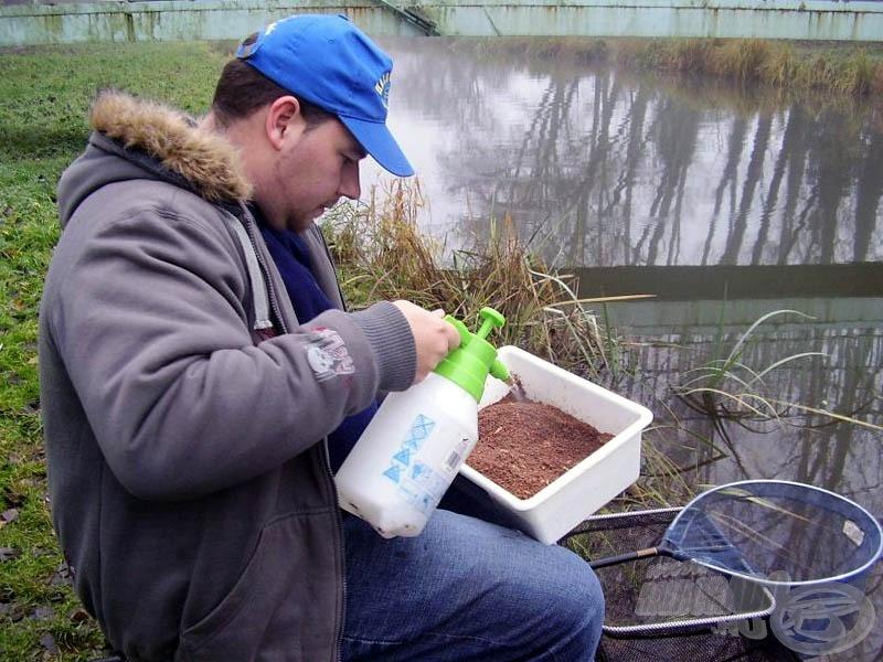 Az alapozó gombócok gyúrása előtt vízporlasztóval állítottam be az etetőanyag állagát