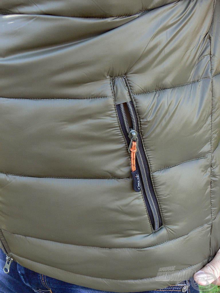 … valamint 1-1 tágas, szintén cipzárral zárható zseb a mellény két oldalán