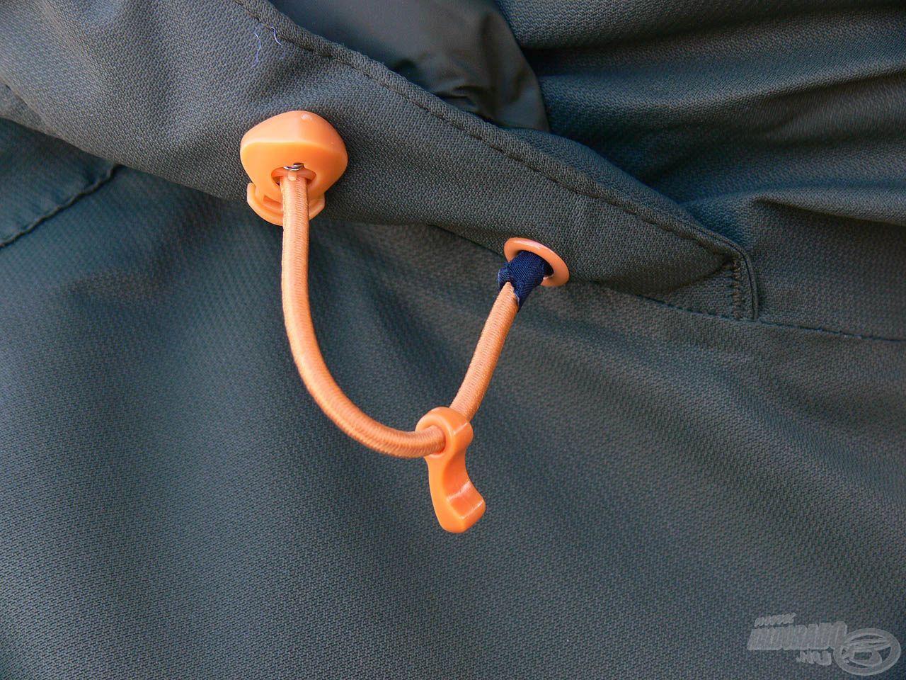 Az oldalt található rugalmas szegélyekkel könnyedén állítható a kapucni mérete