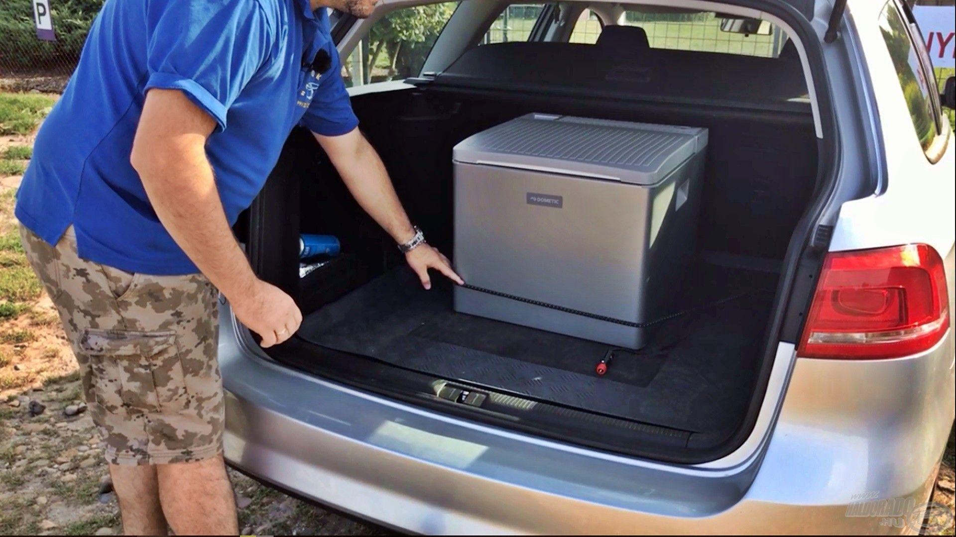 A hűtőbox gumi lábakon áll, de érdemes rögzíteni a csomagtartóban