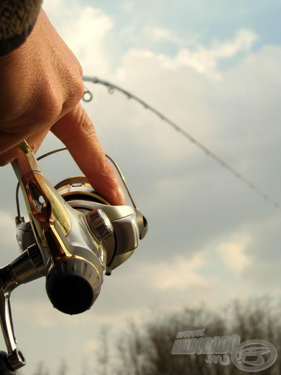 Ha nagy hal küzd a horgunkon, érdemes ujjal fékezni a dobot, így biztosan tudunk gyorsan zsinórt engedni, ha hirtelen megindul a halunk