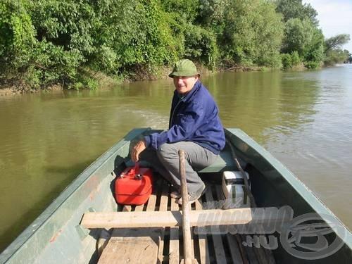 Sőt milyen remek csónakkal elmotorozni a tuskósba, és a kedvenc horgászhelyen pontyozni. Ivan Subotin a Tiszán.