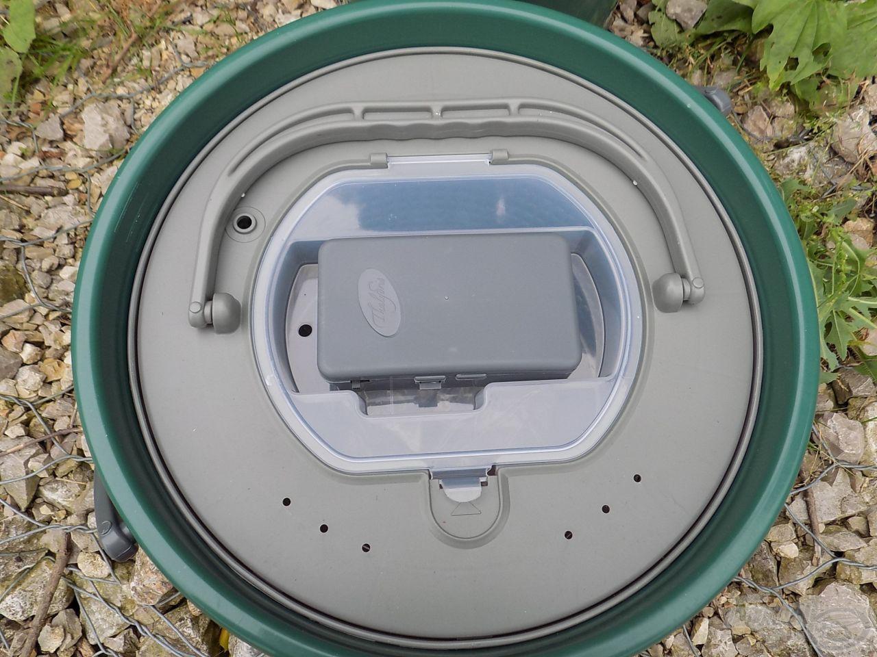 A pumpát stabilan rögzíthetjük a kanna felnyitható műanyag tetején