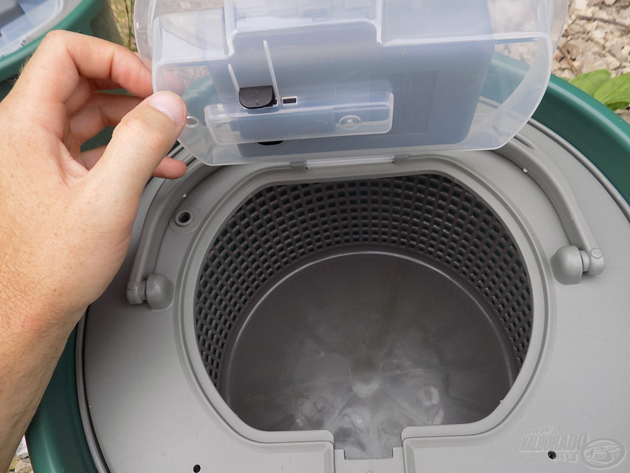 Ezzel a biztonságos megoldással és rögzítési móddal számtalanszor nyithatjuk, zárhatjuk a fedelet pumpástul