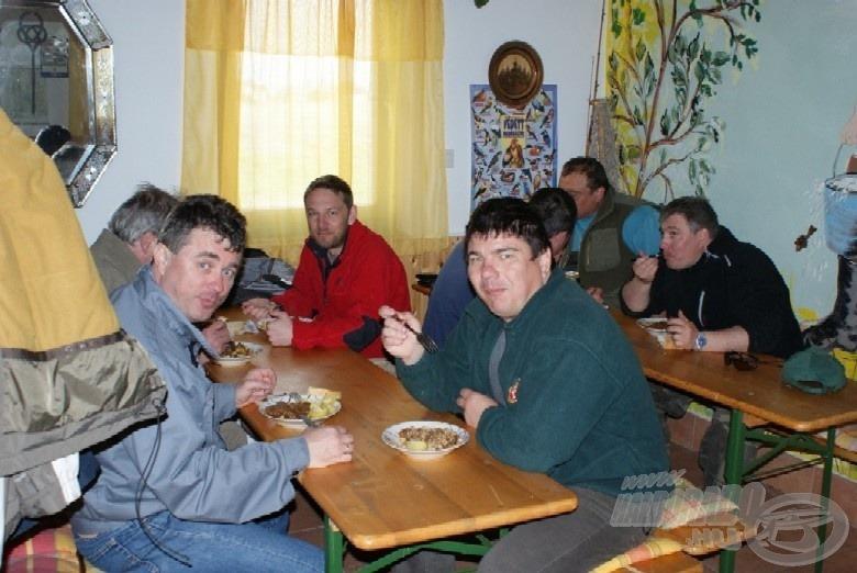 A társaság egyik fele ebédel…