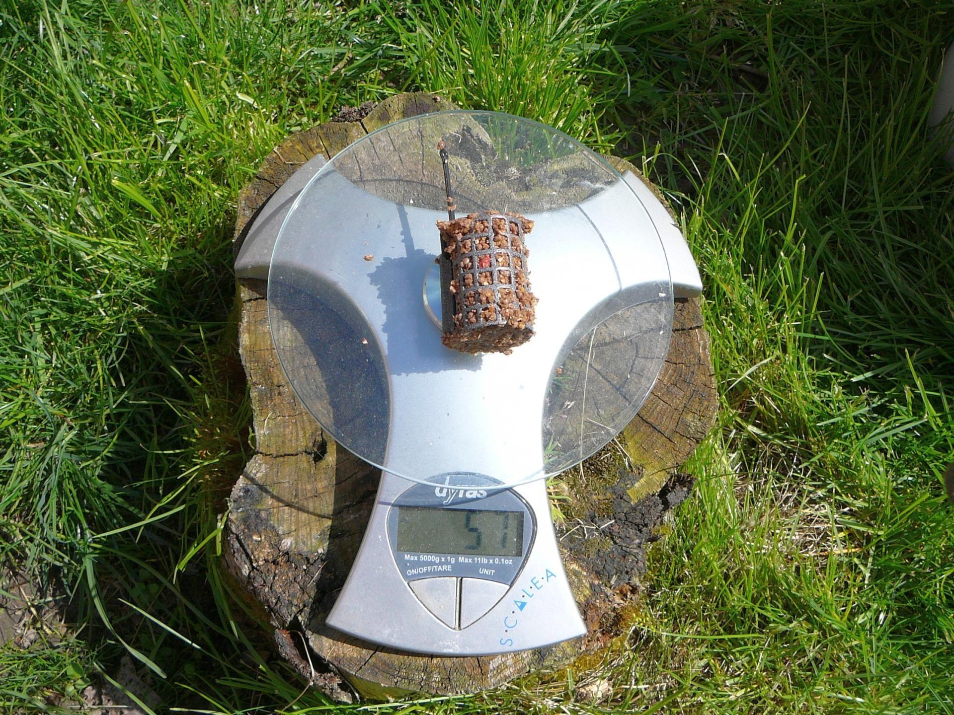 30 grammos rácsos kosár (41 x 27 mm) etetőanyaggal töltve 59 gramm
