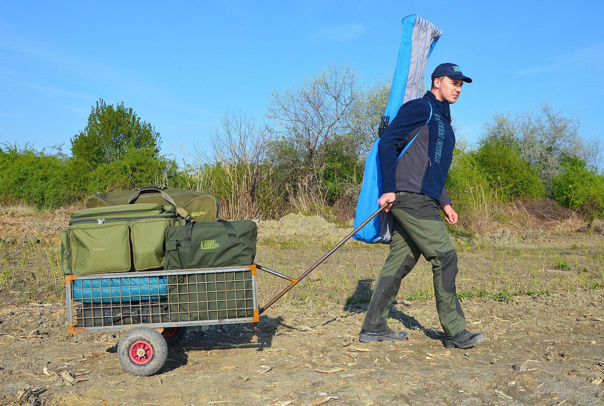 Nagy segítség a felszerelések célba juttatásához a szerelékes kiskocsi, amit bárki igénybe vehet a tó szolgáltatásai közül