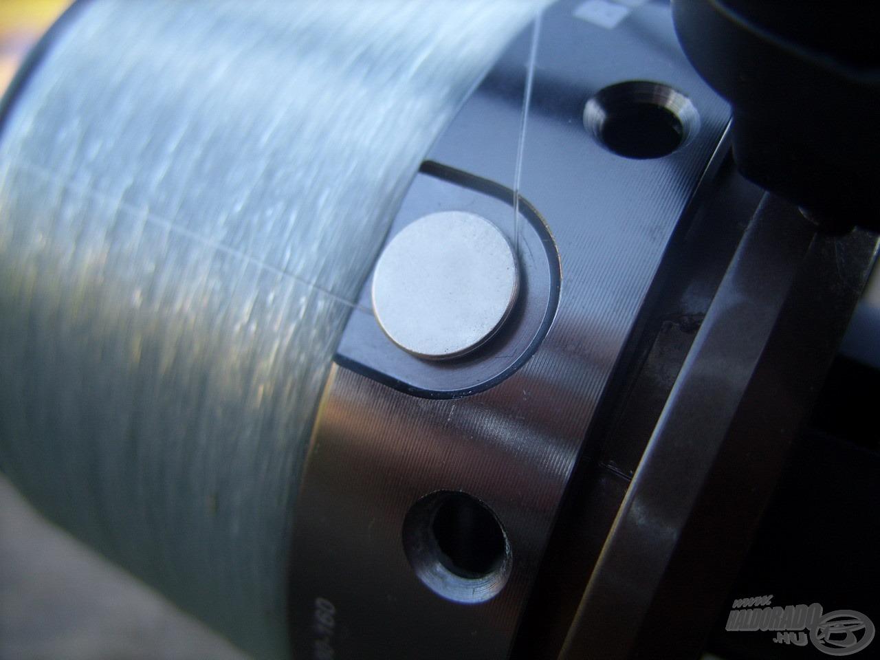A Boss Feeder orsókon maximálisan zsinórbarát, minőségi fémből készült zsinórklipszeket helyeztek el