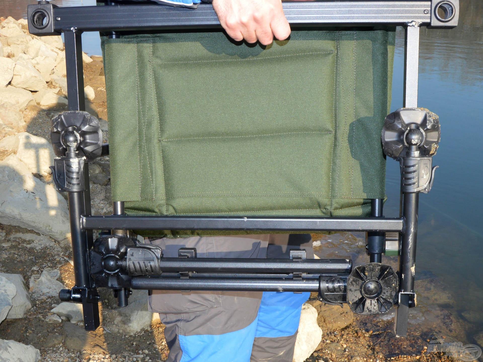 A széket össze lehet csukni, a lábak az ülőfelület alatti tartóba pattintva szállíthatóak