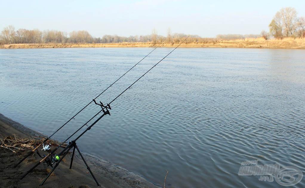 A felszerelések beélesítve… a képről csak az otthon maradt merítő hiányzik (ha nem fogok halat, akkor ez nem is probléma…)