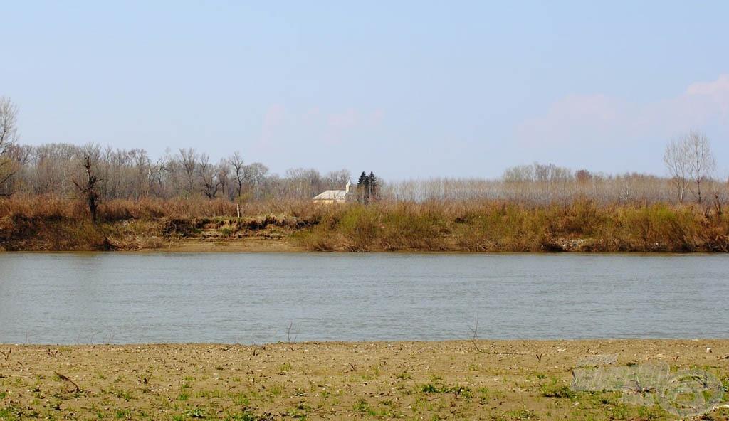 A tiszakarádi templom delet kezdett el harangozni - a gyerekeknek az ebéd következett, ezért befejeztük a horgászatot…