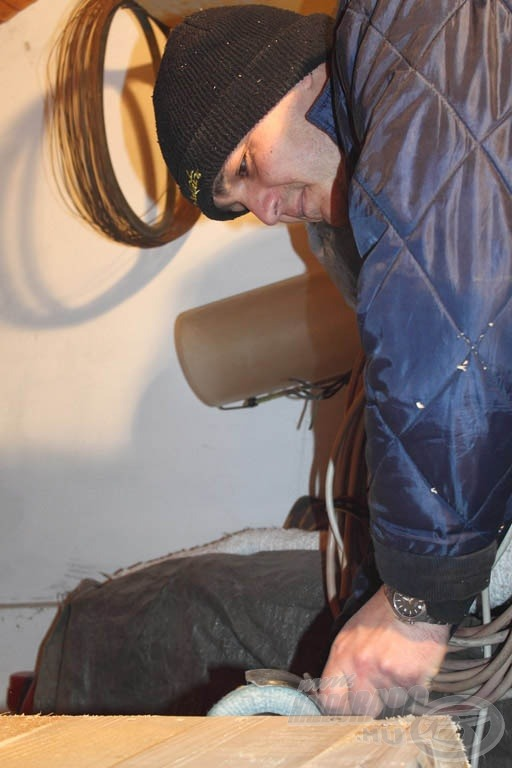 Végre kipróbálhattam én is a bordás koronggal való csiszolást… biztos, ami biztos, a keményfa fartőke élét bízták rám, azt a maga 5 cm-es vastagságával nem ronthattam el