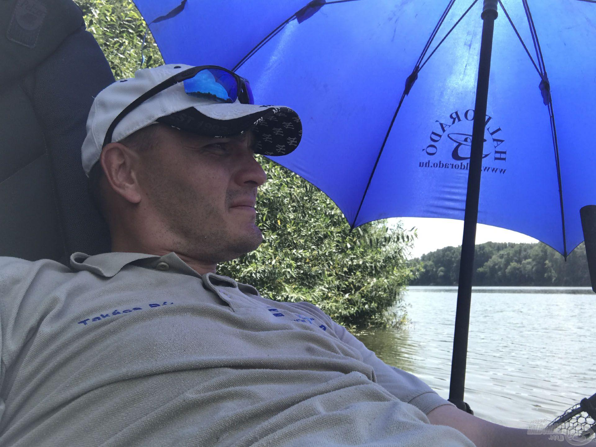 Délre már elviselhetetlenül meleg volt a vízen, kellett az ernyő – további tárgyat aktiváltam, ami akadályozott a mozgásban :-)