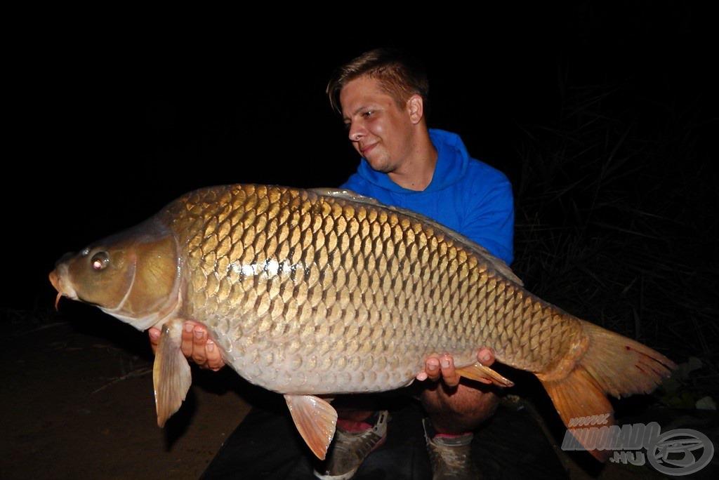 Kézben az első igazán nagytestű hal. E hibátlan tőponty 11,36 kg-os súlya már igazán tekintélyt parancsoló. Az ananászos Nagyhal Csalinak nem tudott ellenállni