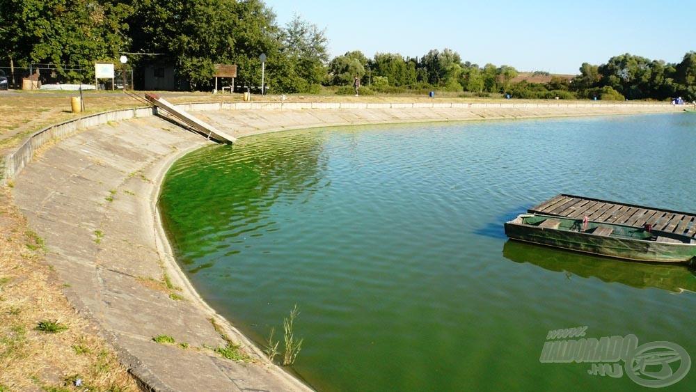 A tó első sarka. Nem véletlen, hogy az itteni helyek a legkedveltebbek. A halcsúszda arról árulkodik, hogy itt történik a telepítés