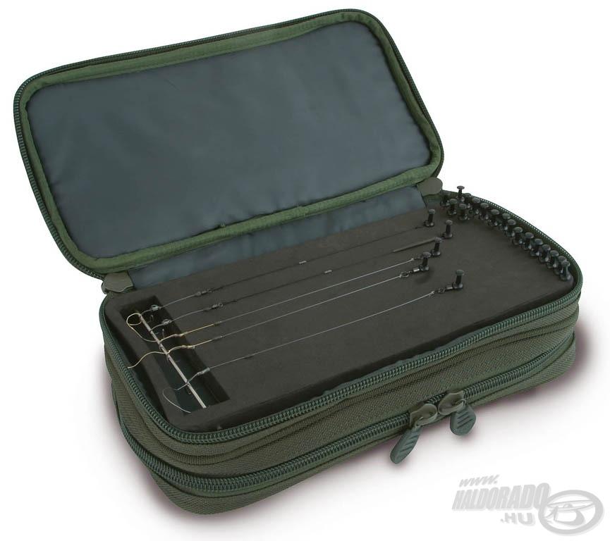 A FOX Royale Stiff Rig Wallet táska egyik oldalán előketartó tábla van, a másikon PVC tasakok kaptak helyet