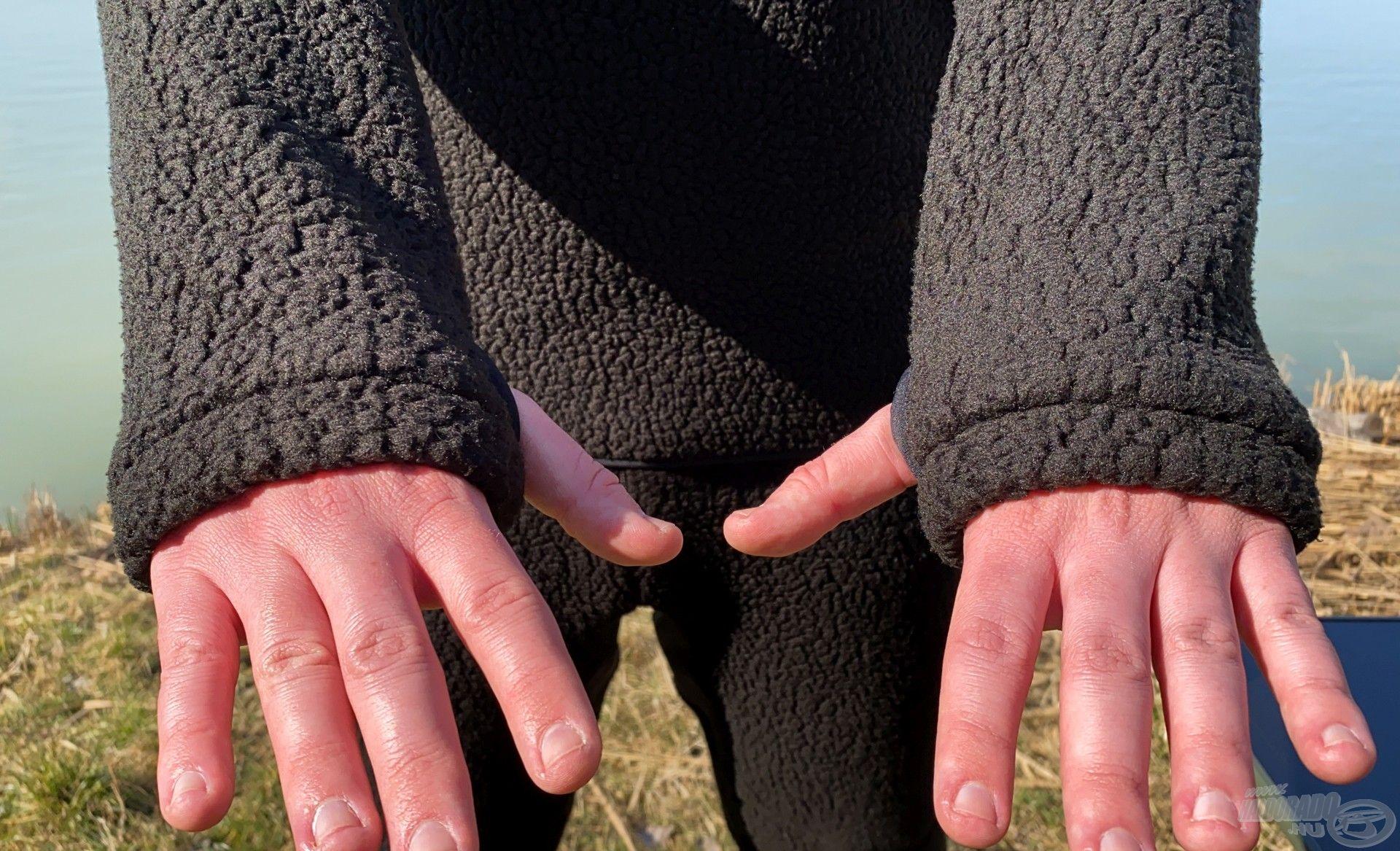 Megtalálható rajta a hüvelykujj-beakasztó nyílás is
