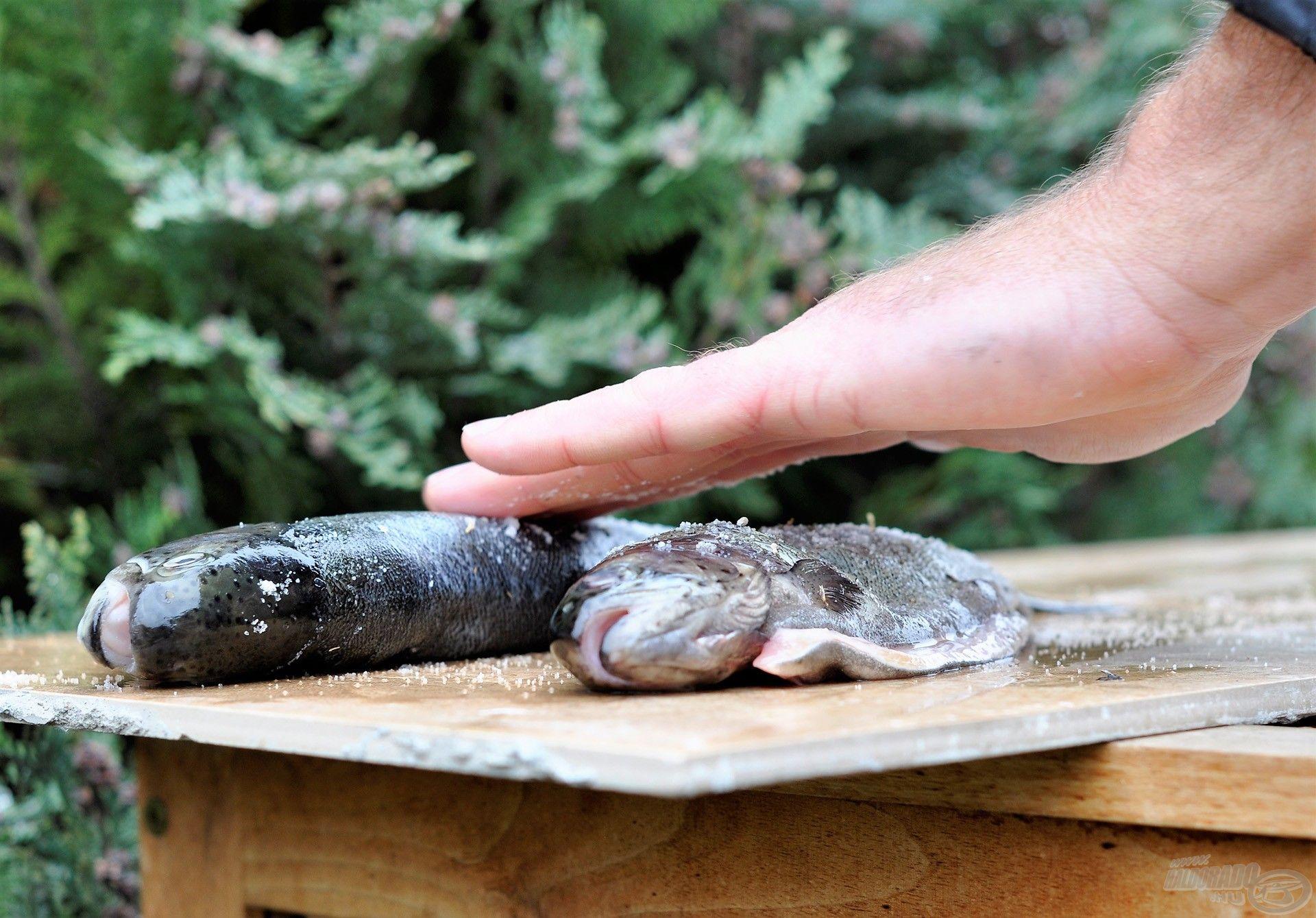 Az ízesítés fűszeres sóval történik: a halak bőrét és hasüregét szórjuk-dörzsöljük be vele